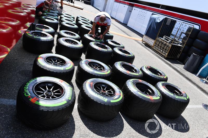 Mecánico de Sauber y neumáticos Pirelli