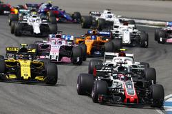 Romain Grosjean, Haas F1 Team VF-18, devant Carlos Sainz Jr., Renault Sport F1 Team R.S. 18, Charles Leclerc, Sauber C37, Sergio Perez, Force India VJM11, et Fernando Alonso, McLaren MCL33