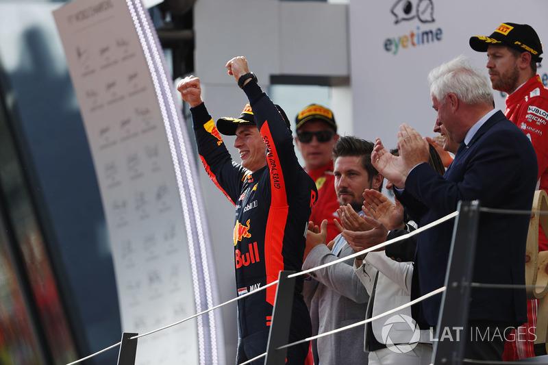 Max Verstappen, Red Bull Racing, sur le podium avec le deuxième, Kimi Raikkonen, Ferrari, et le troisième, Sebastian Vettel, Ferrari