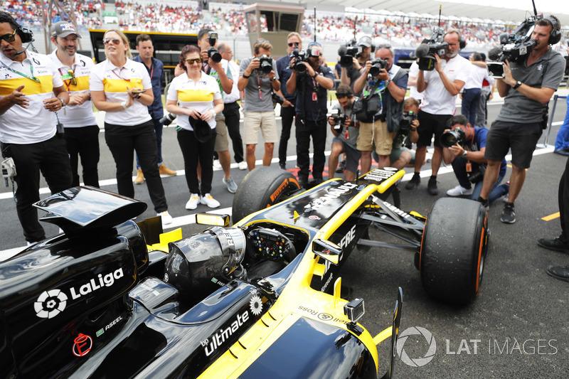 Aseel Al-Hamad, vuelve a boxes tras pilotar el F1 E20 de Renault de 2012 en el Renault Passion Parade