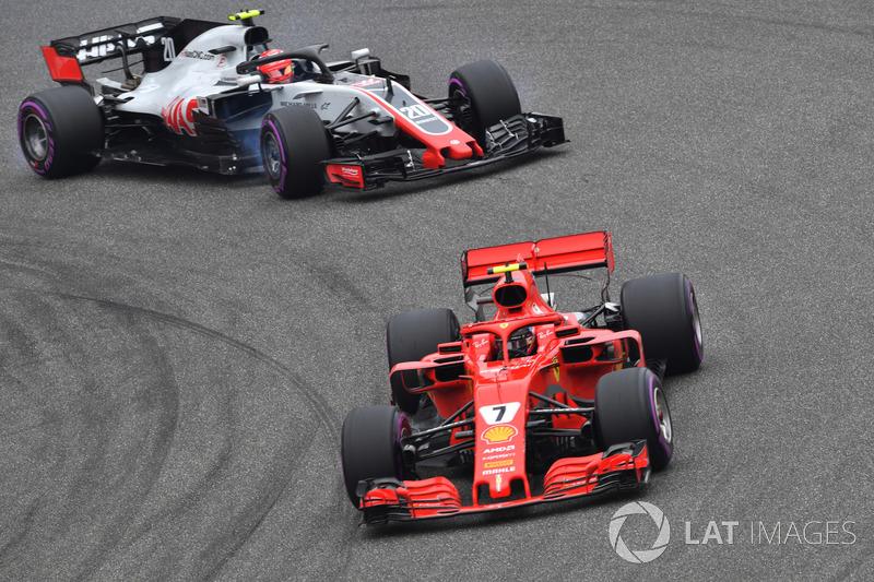 Kimi Raikkonen, Ferrari SF71H y Kevin Magnussen, Haas F1 Team VF-18