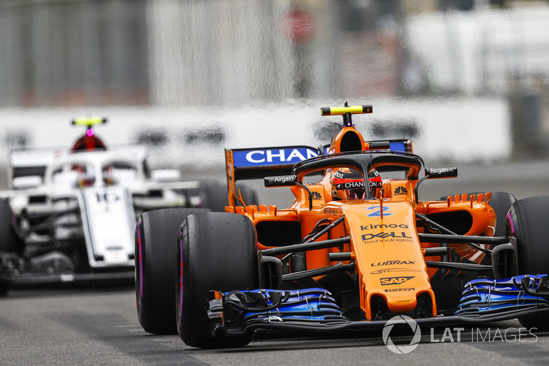 Stoffel Vandoorne, McLaren MCL33 Renault, Charles Leclerc, Sauber C37 Ferrari
