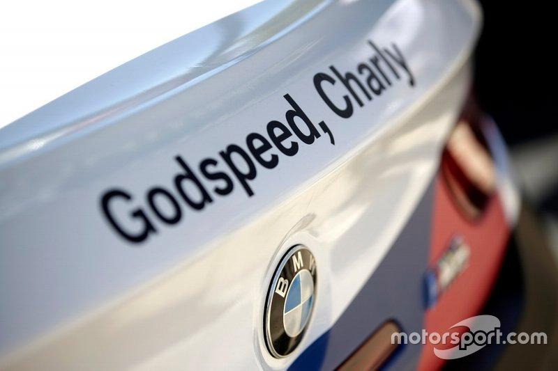 Godspeed, Charly op de wagen van #42 BMW Team Schnitzer BMW M6 GT3: Augusto Farfus, Chaz Mostert, Martin Tomczyk