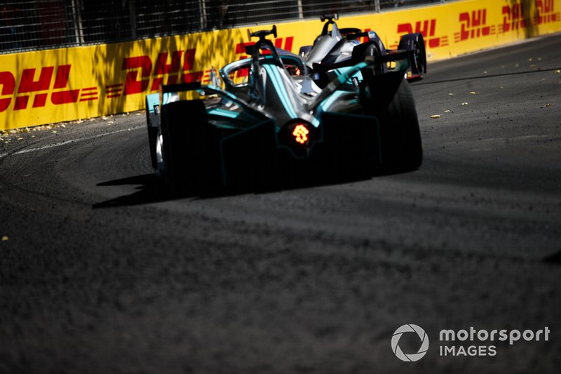 Mitch Evans, Jaguar Racing, Jaguar I-Type 3, follows Robin Frijns, Envision Virgin Racing, Audi e-tron FE05