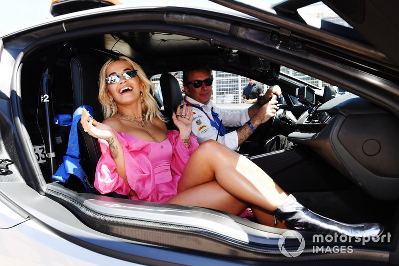 La cantante Rita Ora con el BMW i8 Safety Car pilotado por Alejandro Agag, CEO, Formula E