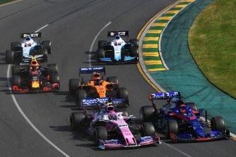 Daniil Kvyat, Toro Rosso STR14, Lance Stroll, Racing Point RP19, Carlos Sainz Jr., McLaren MCL34, Pierre Gasly, Red Bull Racing RB15, George Russell, Williams Racing FW42, and Robert Kubica, Williams FW42, al inicio