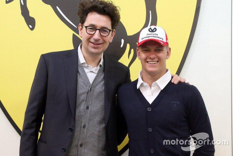 Mattia Binotto, Team Principal, Ferrari, con Mick Schumacher, Ferrari
