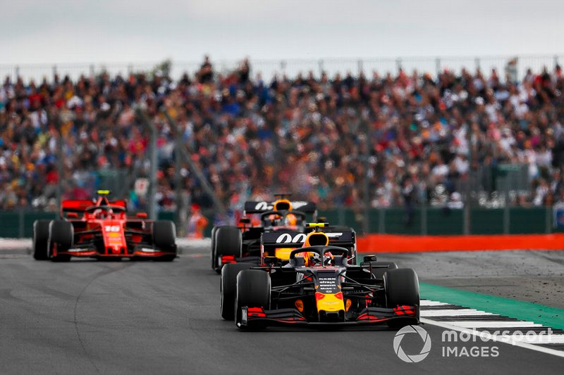 Pierre Gasly, Red Bull Racing RB15, devant Max Verstappen, Red Bull Racing RB15, et Charles Leclerc, Ferrari SF90