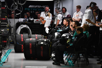 Meccanici Mercedes AMG F1, nel garage