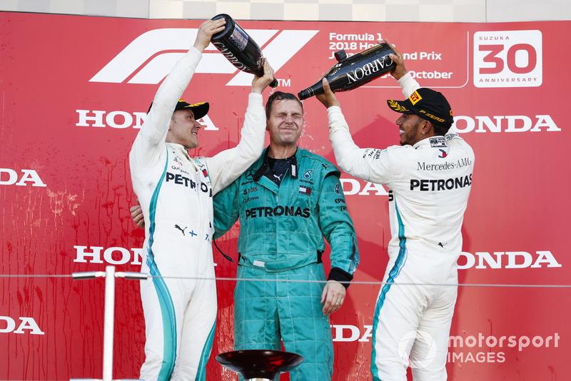 Il vincitore della gara Lewis Hamilton, Mercedes AMG F1, e Valtteri Bottas, Mercedes AMG F1, spruzzano lo Champagne, sul podio