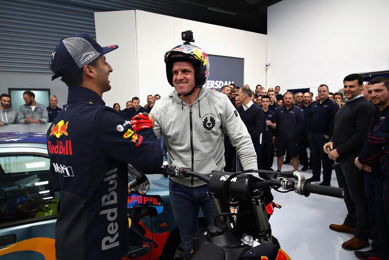 Daniel Ricciardo, Red Bull Racing, stringe la mano a Dougie Lampkin
