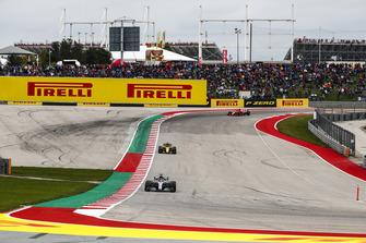 Lewis Hamilton, Mercedes AMG F1 W09 EQ Power+, precede Nico Hulkenberg, Renault Sport F1 Team R.S. 18, e Kimi Raikkonen, Ferrari SF71H
