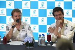 Нико Росберг, Mercedes AMG F1, и Тото Вольф, совладелец и исполнительный директор Mercedes AMG F1