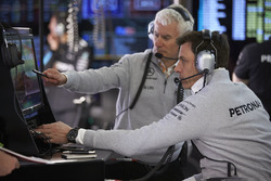 Технологический директор Mercedes AMG F1 Джефф Уиллис и совладелец и исполнительный директор Mercedes AMG F1 Тото Вольф