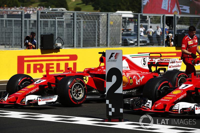 Los coches frente a la tribuna de primera fila Sebastian Vettel, Ferrari SF70H, Kimi Raikkonen, Ferrari SF70H