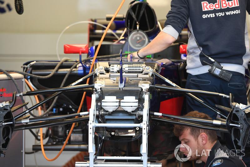 Передня підвіска і шасі Scuderia Toro Rosso STR12