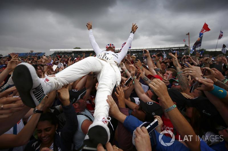 Lewis Hamilton zaferini fanlarıyla kutluyor