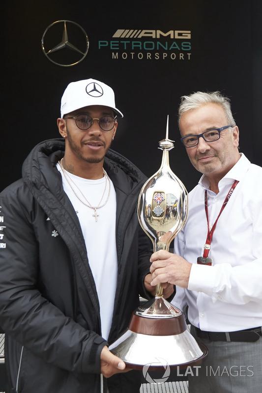 Lewis Hamilton, Mercedes AMG F1, recibe el trofeo  Hawthorn Memorial Trophy de Rob Jones, Director Ejecutivo, MSA, por 6 º vez