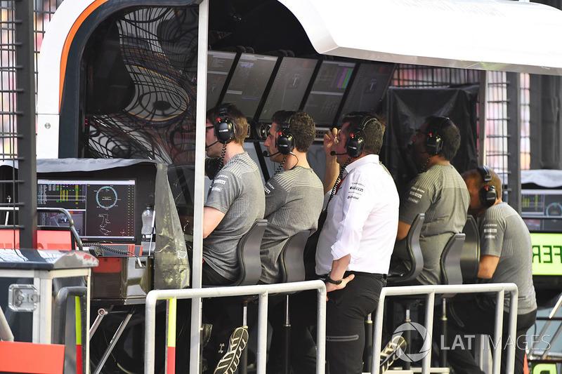 Eric Boullier, McLaren Racing Director en el pórtico