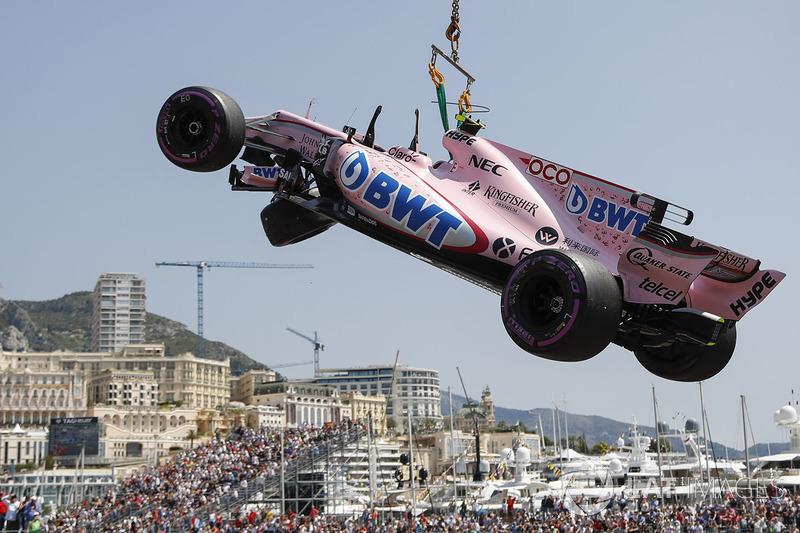 Эвакуация с трассы разбитого VJM10 Эстебана Окона, Force India