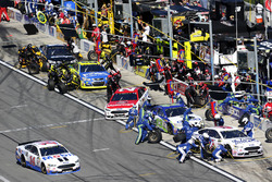 Pit stop, Trevor Bayne, Roush Fenway Racing Ford; Clint Bowyer, Stewart-Haas Racing Ford; Ty Dillon, Germain Racing Chevrolet; Ryan Blaney, Wood Brothers Racing Ford