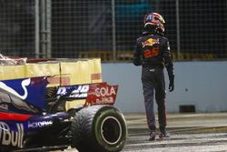 Данііл Квят біля своєї Scuderia Toro Rosso STR12