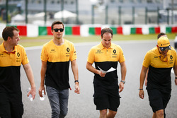 Jolyon Palmer, Renault Sport F1 Team, walks the track with his team