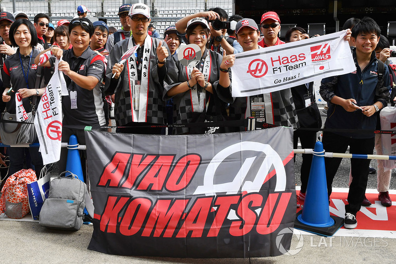 Haas F1 fans and banners