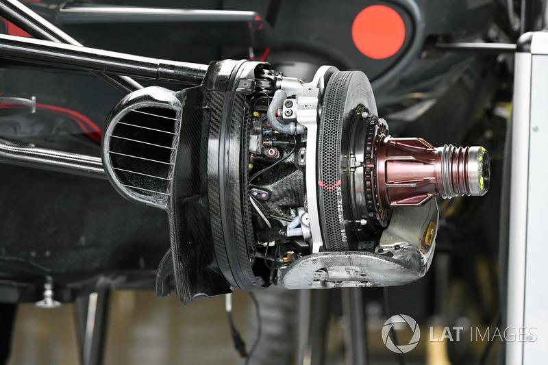 Haas F1 Team VF-17 detail van de voorwielconfiguratie