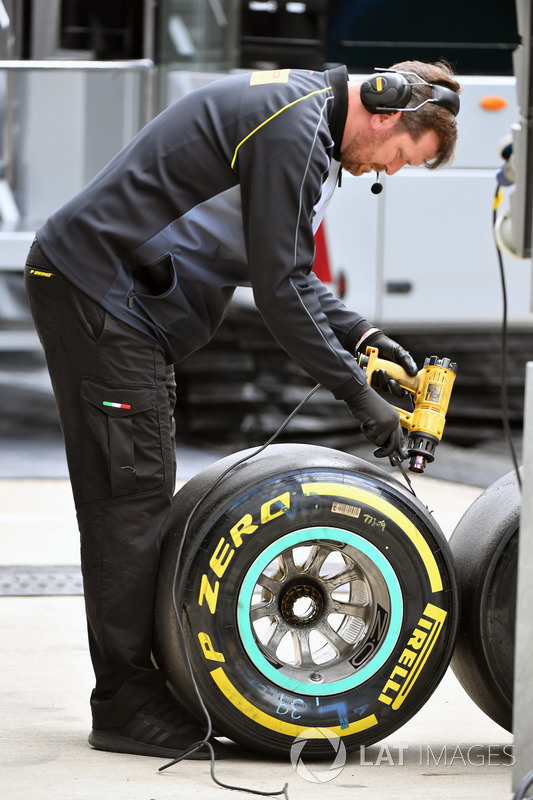 Інженери Pirelli з шинами Pirelli