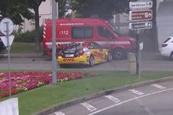 Tom Coronel, Chevrolet RML Cruze TC1, finisce contro i Vigili del Fuoco