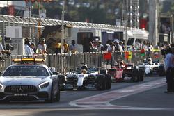 Автомобиль безопасности на пит-лейне; следом Льюис Хэмилтон, Mercedes AMG F1 W08