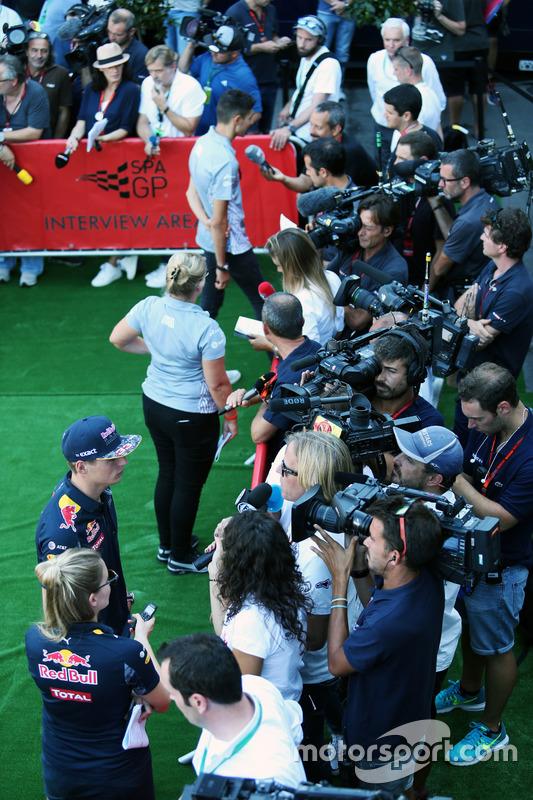 Max Verstappen, Red Bull Racing con i media