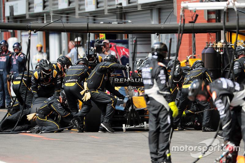Jolyon Palmer, Renault Sport F1 Team RS16 fa un pit stop