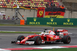 Sebastian Vettel, Ferrari SF16-H pasa frente a sus fans