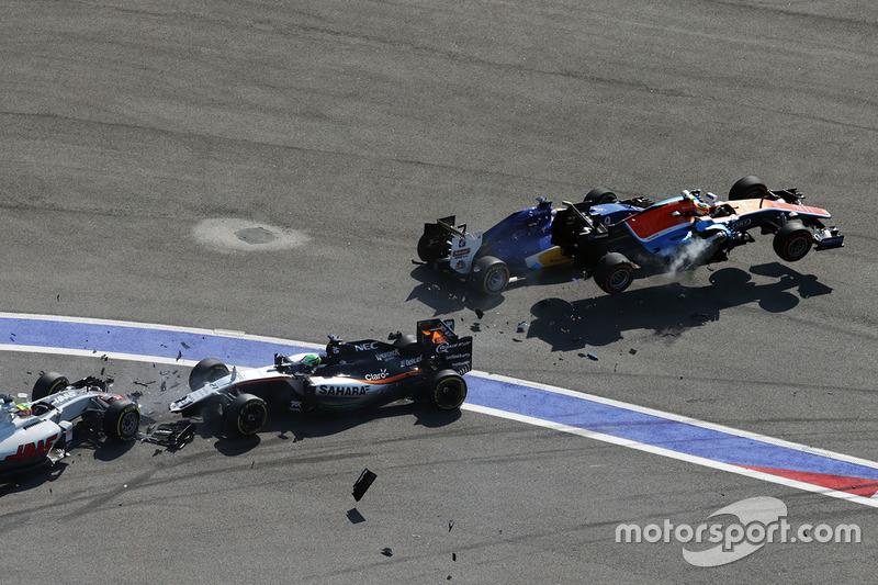 Accidente al inicio de Marcus Ericsson, Sauber C35, Rio Haryanto, Manor Racing MRT05, Esteban Gutiérrez, Haas F1 Team VF-16 y Nico Hulkenberg, Sahara Force India F1 VJM09