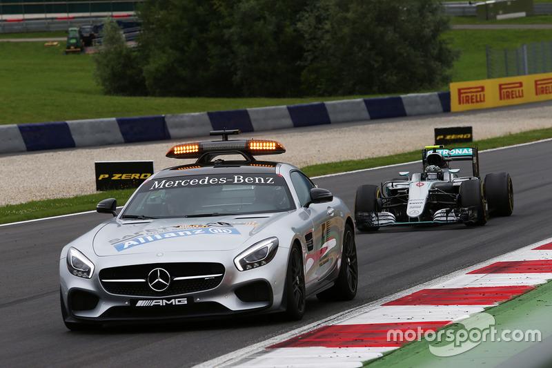 Nico Rosberg, Mercedes AMG F1 W07 Hybrid al comando dietro alla Safety Car FIA