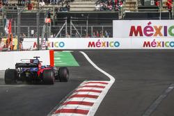 Brendon Hartley, Scuderia Toro Rosso STR12 runs wide