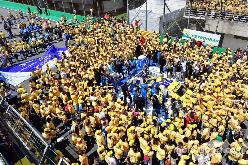 Uma multidão em amarelo celebrou a conquista de Serra.