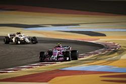 Esteban Ocon, Force India VJM11 Mercedes, Charles Leclerc, Sauber C37 Ferrari