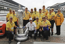Camisas amarillas de la línea de pits guardan el Trofeo Borg-Warner