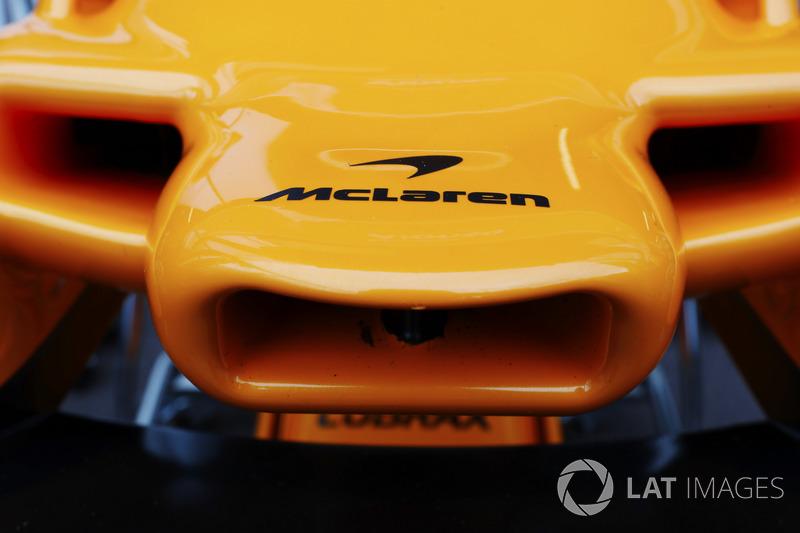 Dettaglio del naso e del logo McLaren sulla MCL33