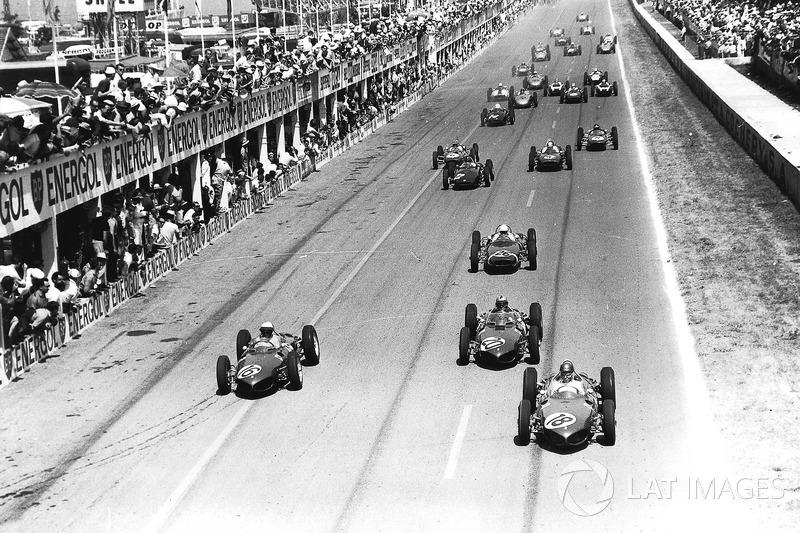 …но в итоге к первому торможению раньше всех примчался Хилл (№16). Хорошо видно, сколь велико преимущество Ferrari 156. Лишь Мосс пока держится поблизости от тройки фаворитов, все остальные сразу отстали