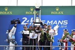 Podium : les vainqueurs Sébastien Buemi, Kazuki Nakajima, Fernando Alonso, Toyota Gazoo Racing, deuxième place Mike Conway, Kamui Kobayashi, Jose Maria Lopez, troisième place Mathias Beche, Gustavo Menezes, Thomas Laurent, Rebellion Racing