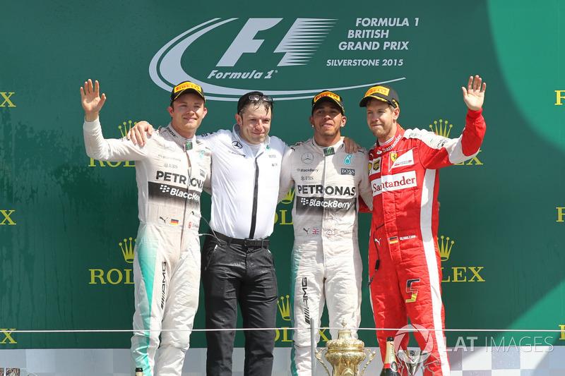 Podyum: 2. Nico Rosberg, Mercedes AMG F1, Peter Bonnington, Mercedes AMG F1 yarış mühendisi, yarış galibi Lewis Hamilton, Mercedes AMG F1, 3. Sebastian Vettel, Ferrari