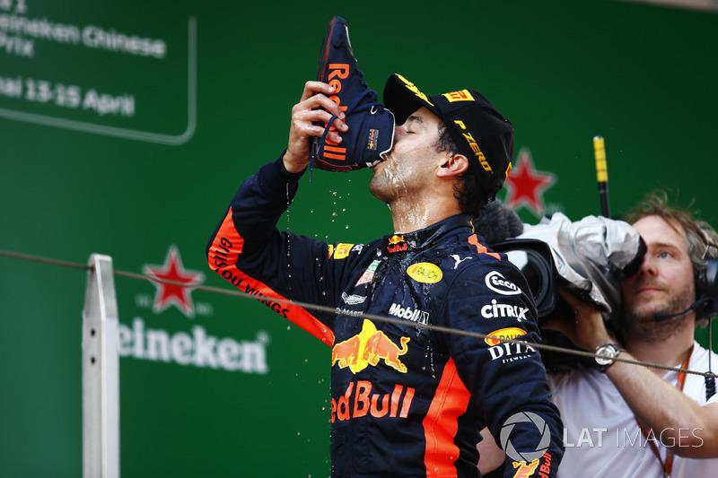 Le vainqueur Daniel Ricciardo, Red Bull Racing, boit un shoey sur le podium