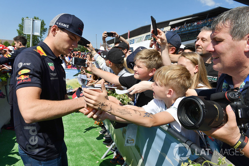 Max Verstappen, Red Bull Racing, atiende a los fans