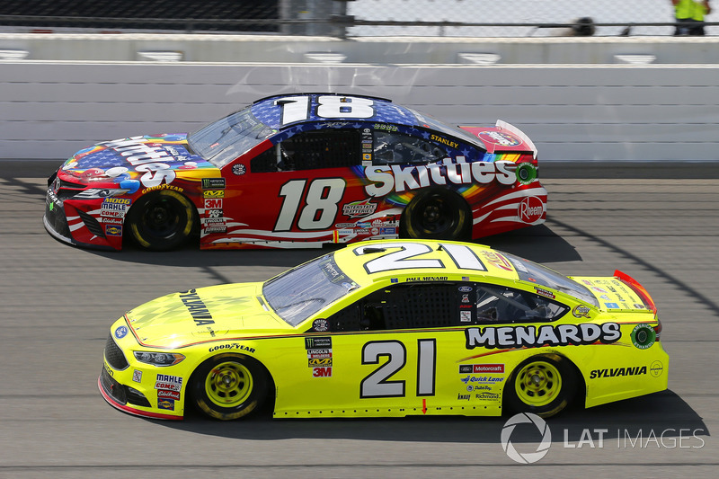 Paul Menard, Wood Brothers Racing, Ford Fusion Menards / Sylvania e Kyle Busch, Joe Gibbs Racing, Toyota Camry Skittles Red White & Blue