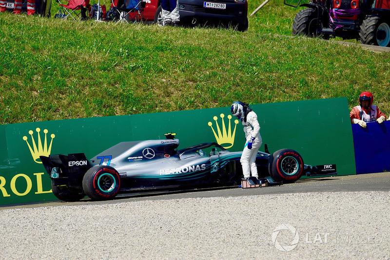 Bottas da mekanik sorun sebebiyle yarışa veda ediyor