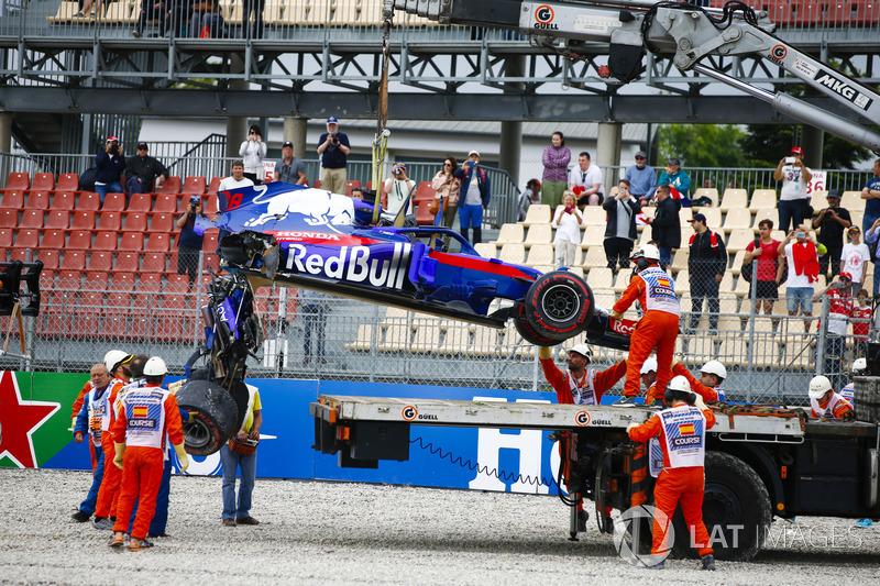 Les commissaires retirent la Toro Rosso STR13 de Brendon Hartley, dont la boîte de vitesses pend à l'arrière
